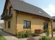 Дом из жёлтого кирпича с мансардой