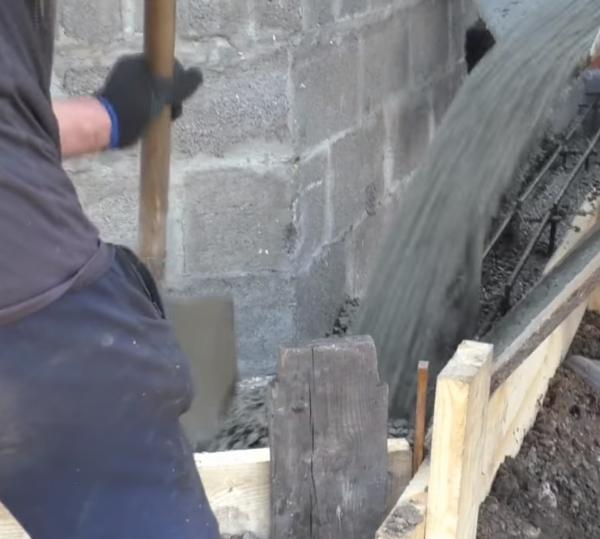 Заливаем бетонный раствор