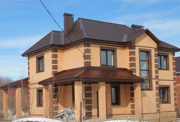 Дом с прямоугольными эркерными окнами