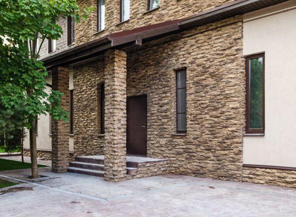 Облицовка дома плиткой с текстурой под камень