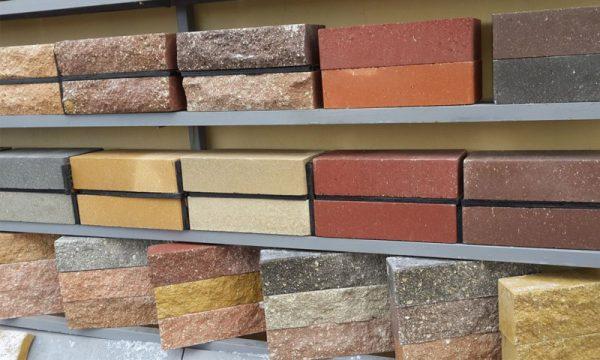Гиперпрессованный кирпич. Так как материал поддается обработке, такие блоки часто изготавливают с иммитацией другого материала, например, под камень. Но по мнению многих - это ненадежный и недолговечный вариант отделки фасада