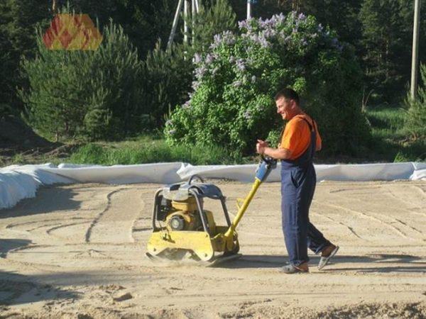 Трамбовка песчаного слоя