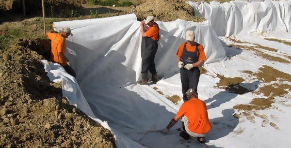 Небольшой слой песка насыпают поверх геотекстиля