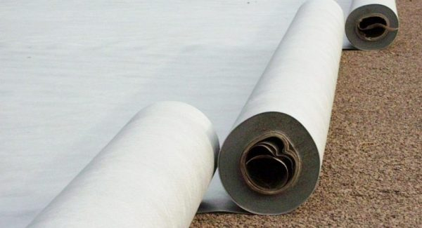Утрамбованный слой песка укрывают геотекстилем