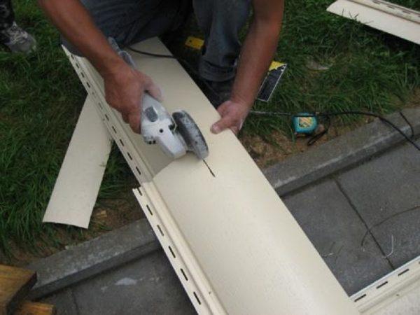При необходимости подрезаем сайдинговые панели