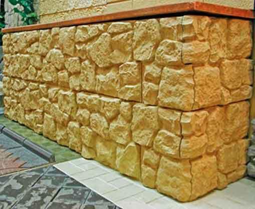 Внешний вид цоколя дома, облицованного плиткой, посаженой на клей.