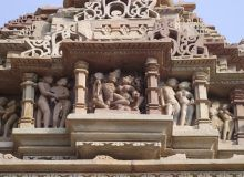 Старинный барельеф на одном из храмов