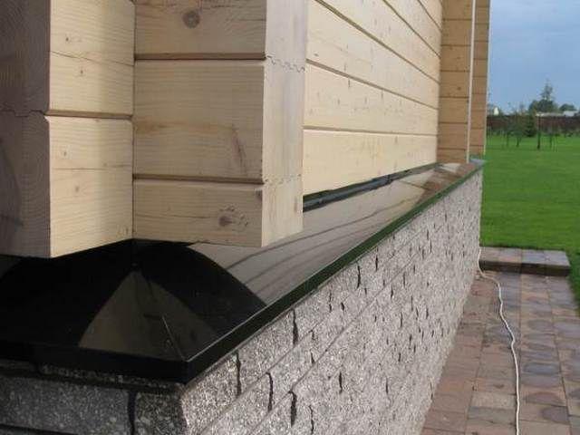 Один из вариантов установки отлива на цоколь дома, в черном цвете.