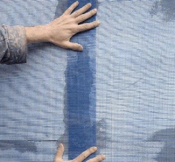 Крепим сетку с нахлестом полотен
