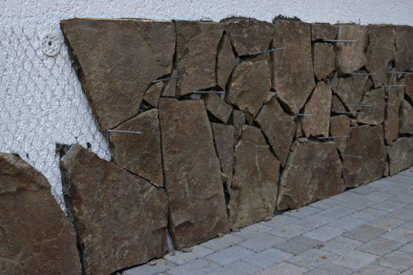 Обкладка цоколя природным камнем своими руками 57