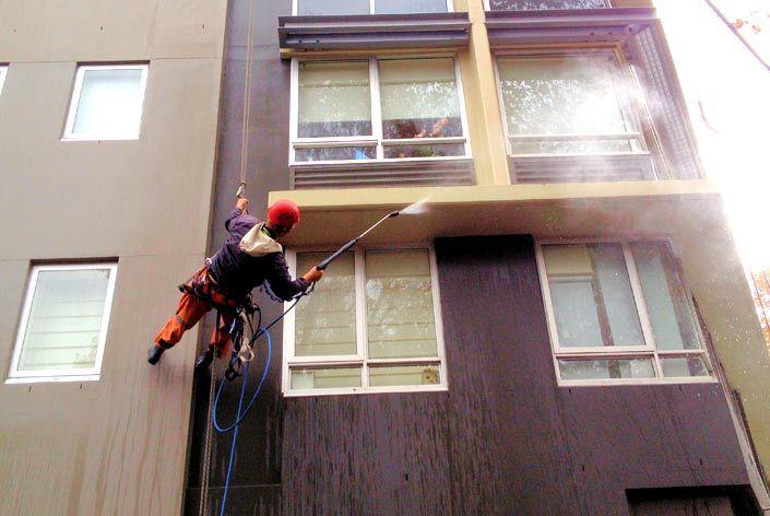 Очистка фасада и мытье окон