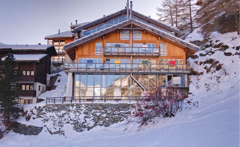 Изначально альпийское шале - это надёжно построенное из массивного бруса жилище, которое должно было защищать от непогоды в горах