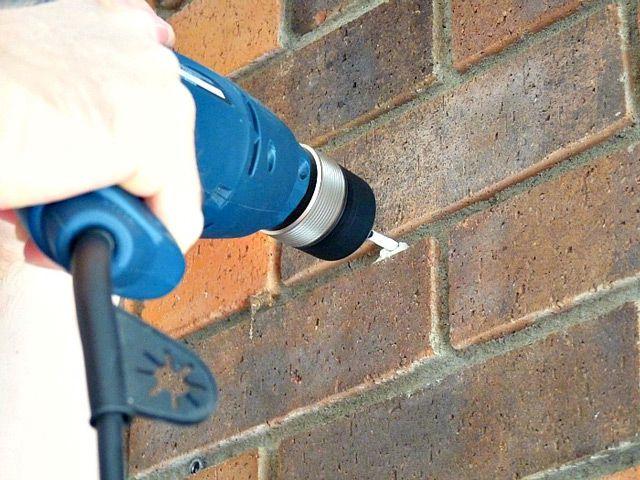 При сверлении стены дрель следует держать ровно