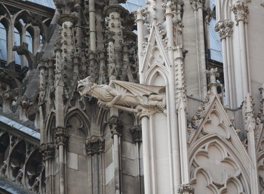 Считается, что гаргульи служили символом защиты храма, отпугивающим грешников