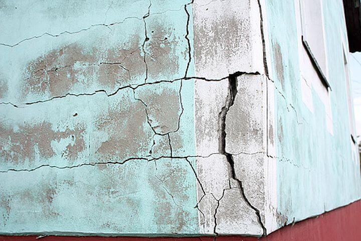Большие трещины на штукатурке