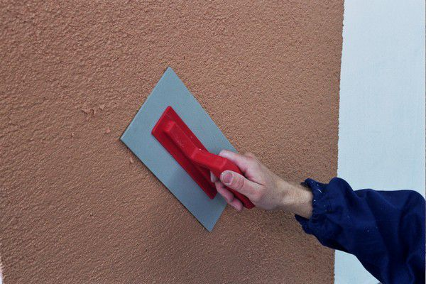 Нанесение фасадной штукатурки