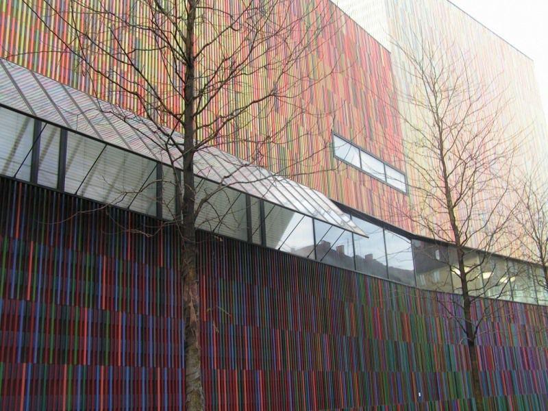 Отделка фасада разноцветными рейками