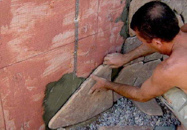 как клеить песчаник на стену видео