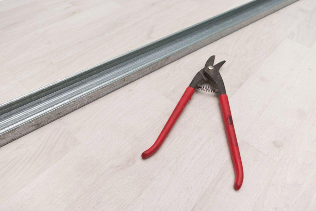 Несущий профиль и ножницы по металлу