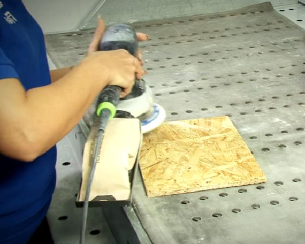 Подготовка ОСБ плиты к окрашиванию. Образец небольшого размера взят для примера