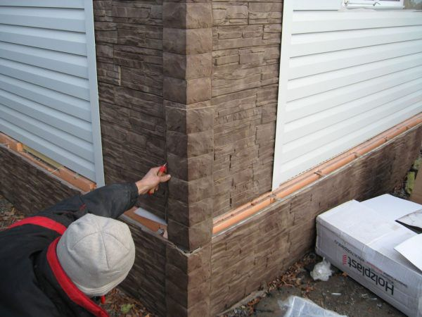Процесс монтажа угловых элементов фасадных панелей