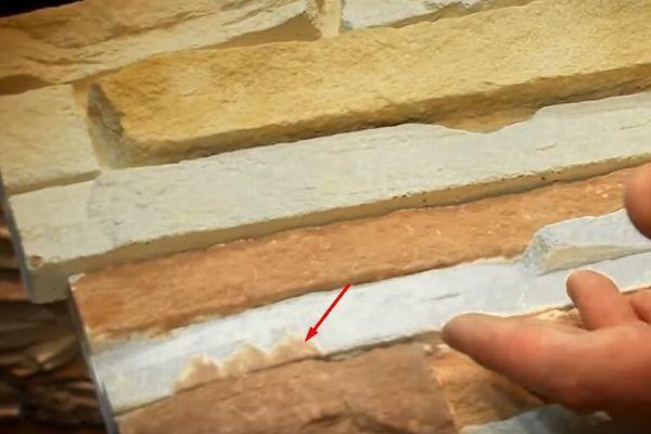 Сверху – пример качественной плитки искусственного камня. Снизу – брак, можно заметить, что покраска неровная и «заползает» на элемент другого цвета, что отмечено красной стрелкой