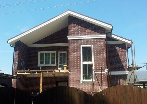 Балкон изнутри также отделывается, а потому дом выглядит как кирпичный