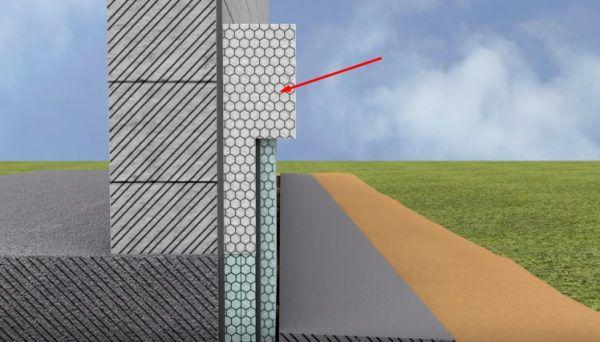 Блок из первого ряда пенопластового утепления обозначен красной стрелкой