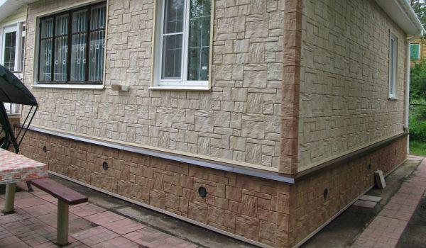 Цоколь и дом облицованы панелями под камень