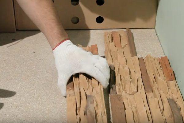 Камни выкладываются в том же порядке, в котором они будут крепиться к поверхности цоколя