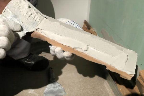 Клей наносится на тыльную сторону искусственного камня