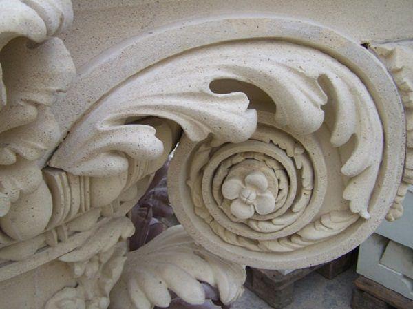 Консоль, украшенная лепниной из гипса