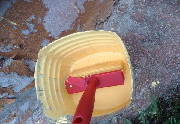 Начинать покраску рекомендуется в сухую погоду, не ранее 10 часов утра