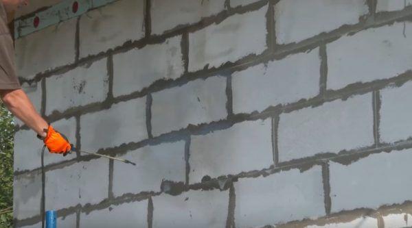 Обработка стен грунтовкой глубокого проникновения