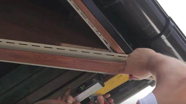 Обрезанная планка крепится к внутреннему углу конструкции