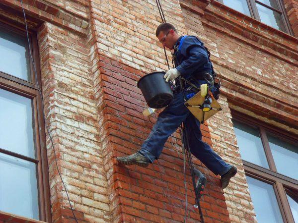 Очистка кирпичной стены от высолов