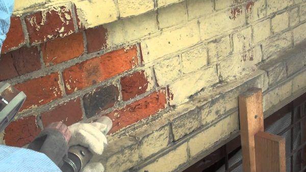 Очистка кирпичной стены пескоструем от лакокрасочного покрытия