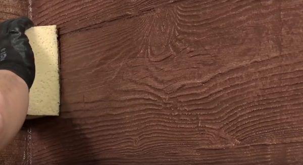 Окрашенная поверхность обрабатывается губкой