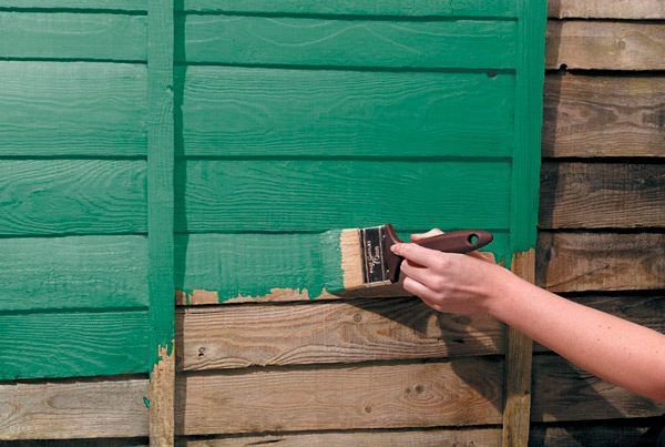 Покраска деревянных стен снаружи дома