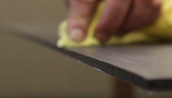 Поверхность возле среза вытирается сухой салфеткой