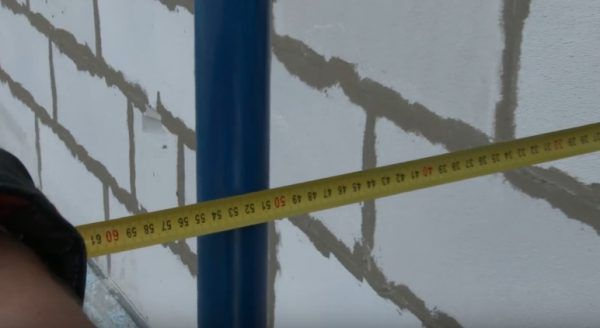Расстояние от стен до строительных лесов должно быть равно толщине слоя утеплителя (в данном случае это 20 см) плюс еще 30-40 см для рабочего пространства