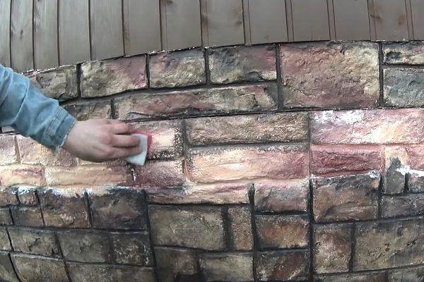 Размазывание нанесенной краски губкой и смешивание с базовым оттенком