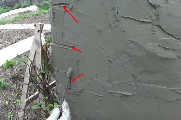 Швы, оставляемые после работы отверткой, обозначены на этом фото красными стрелками