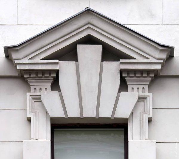 Сандрик треугольной формы, снабженный фронтоном. Под ним можно обнаружить несколько замковых камней