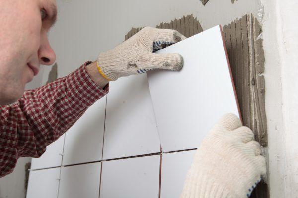 Укладка плитки на подготовленную поверхность