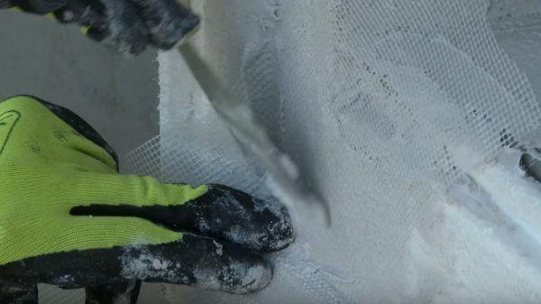 Усиление углов дополнительными кусками армирующей сетки