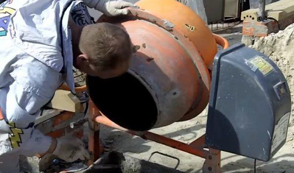 В конце потребуется очистка выключенной бетономешалки