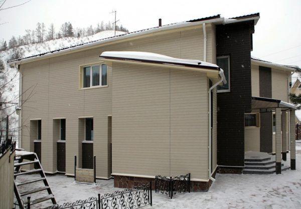 Вентилируемый фасад коттеджа с облицовкой из фиброцементных панелей