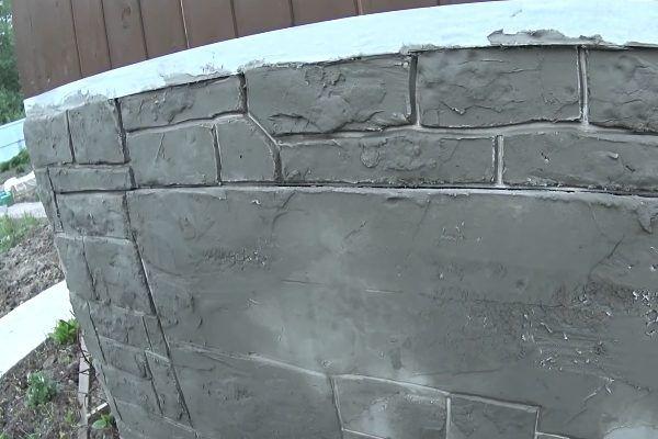 Вверху и слева можно увидеть участки, которые прошли через формирование и внешне уже напоминают настоящий камень для отделки цоколя