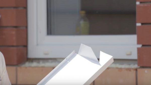 Вот так должен выглядеть край нижнего отлива после подрезки – сформирована боковая отогнутая поверхность в виде трапеции и оставлен треугольный краешек, который будет закрывать угол проема снаружи